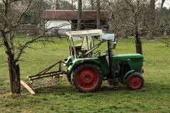 在农场的老拖拉机 免版税图库摄影