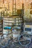 在农场的老生锈的被放弃的自行车 免版税库存照片