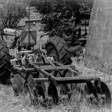 在农场的老被放弃的拖拉机 免版税库存图片