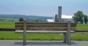 在农场的长凳 库存图片