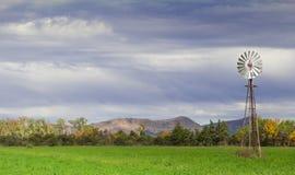 在农场的风力泵 免版税库存图片