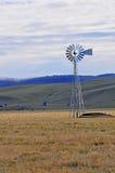 在农场的风力驱动的水泵 库存照片
