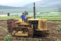 在农场的黄色葡萄酒柴油四十拖拉机 免版税库存照片