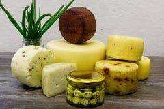 在农场酿造的手工制造山羊乳干酪 库存照片