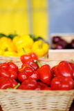 在农夫农业市场上的新鲜的健康生物辣椒粉 库存照片