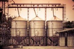 在农夫土地的筒仓 免版税图库摄影