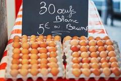 在农夫市场上的新鲜的鸡蛋 免版税库存照片