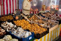 在农夫` s市场上的蘑菇 库存图片