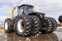 在农机陈列的拖拉机 免版税库存图片