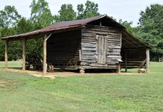 在农村乔治亚流洒的老谷仓美国 免版税库存照片