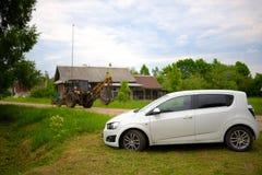 在农村俄国村庄风景的汽车在夏天 免版税库存照片