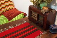 在农村内部的古色古香的收音机 免版税库存图片