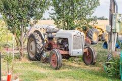在农村农场的老拖拉机 库存照片