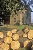 在农村家,南本德,印第安纳前面的木柴 图库摄影