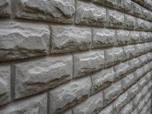 在农村屋子里提取浅灰色被风化的纹理被弄脏的老的灰泥并且变老了油漆白色砖墙背景 免版税图库摄影