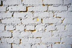 在农村屋子里提取浅灰色被风化的纹理被弄脏的老的灰泥并且绘白色砖墙背景,脏 库存照片