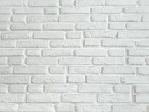 在农村屋子,白色颜色hor里提取浅灰色被风化的纹理被弄脏的老的灰泥并且变老了油漆白色砖墙背景 库存照片