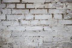 在农村屋子,脏的生锈的bl里提取浅灰色被风化的纹理被弄脏的老的灰泥并且变老了油漆白色砖墙背景 库存图片