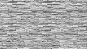 在农村屋子,脏的生锈的bl里提取浅灰色被风化的纹理被弄脏的老的灰泥并且变老了油漆白色砖墙背景 免版税图库摄影