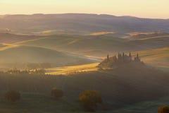 在农村房子的有雾的日出有葡萄园的在圣Quirico d'Orcia 免版税库存图片