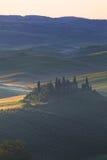 在农村房子的有雾的日出有葡萄园的 图库摄影