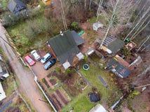 在农村木材房子的顶视图有有些谷仓的 停放在围场的几辆汽车 俄国 免版税库存照片