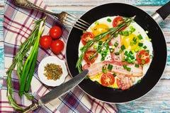 在农村样式的传统早餐在木桌上 免版税库存图片