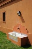 在农村水槽之外的房子 免版税库存图片