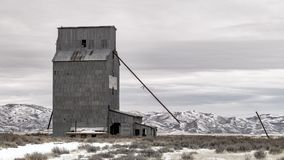 在农村爱达荷装罐筒仓大厦在冬天 免版税库存图片