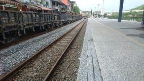 在农村的一个安静的火车站 免版税库存图片