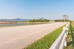在农村的曲线路 免版税库存照片
