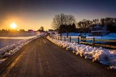 在农村约克计数的冬天期间在一条乡下公路的日落 库存图片
