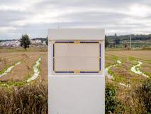 在农村背景的农村大模型瓦片标志 图库摄影