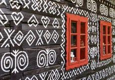 在农村装饰房子的红色窗口 免版税库存图片