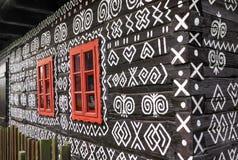 在农村装饰房子的红色窗口 库存照片