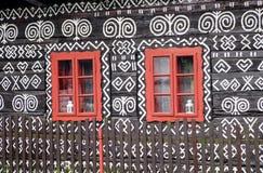 在农村装饰房子的红色窗口 图库摄影