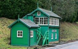 在农村设置的五颜六色的铁路信号房 库存图片