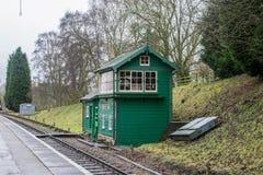 在农村设置的五颜六色的铁路信号房 免版税图库摄影