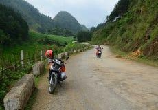在农村路的一motobike有moutain背景在Moc Chau 库存照片