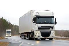 在农村路的两辆半白色卡车 免版税库存图片