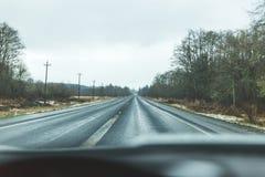 在农村路的冬天驱动在西俄勒冈 多雨的冬季天s 免版税库存照片