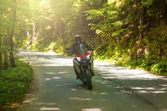 在农村路的摩托车 库存照片