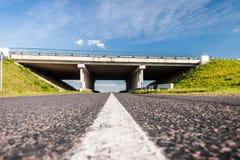 在农村路的桥梁 免版税库存照片