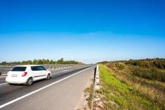 在农村路的白色汽车 免版税图库摄影