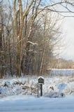在农村路的积雪的邮箱在冬天早晨 库存照片