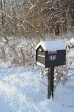 在农村路的积雪的邮箱在冬天早晨 免版税库存图片