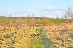 在农村路的自行车Strida 图库摄影