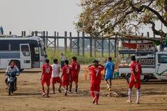 在农村路的足球队员 免版税图库摄影