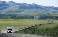 在农村路的露营者货车 免版税图库摄影