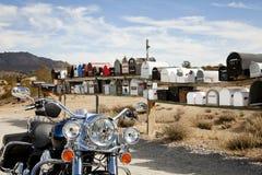 在农村邮箱前面的摩托车 库存照片
